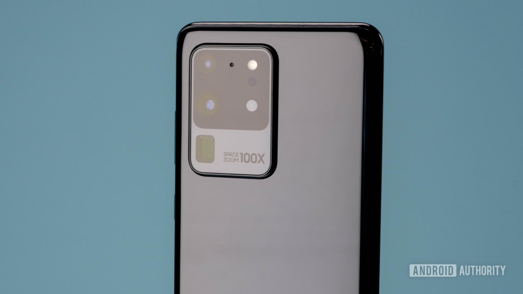 وحدة-الكاميرا-الخلفية-متعددة-العدسات-في-شكل-مربع-جانبي